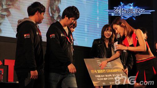 剑与魔法女神泰妍与参赛选手互动