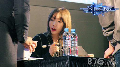 剑与魔法泰妍举行现场签名会