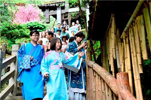 《新剑侠情缘手游》玩家身着古装游览景区