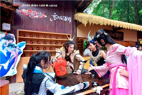 《新剑侠情缘手游》coser在第二节赶古节现场玩起了猜拳