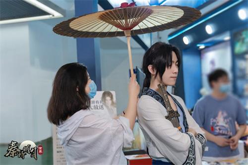"""玩家与秦时侠客现场还原手游""""撑伞""""互动"""